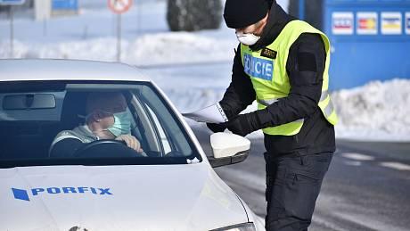 Policejní kontroly na vládou uzavřeném Trutnovsku.