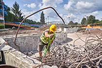 Bouráním začala modernizace trutnovského koupaliště.