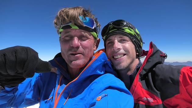 Šťastní na vrcholu. Horolezci Radoslav Groh (vpravo) a Marek Holeček zvládli dobrodružnou expedici v Peru.