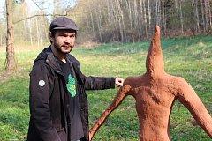 JAN MACEK SE SKŘÍTKEM. Nejnovější dílo trutnovského umělce zdobí Dračí rokli.