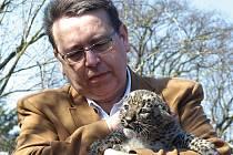 Křest levhartů perských v královédvorské zoo - hejtman Franc s Barackem