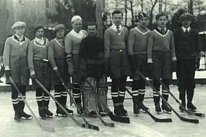 Nejstarší snímek týmu LTC Turnov ještě před oficiálním založením klubu na hřišti mezi mosty v roce 1929; uprostřed brankář a pozdější předseda klubu Josef Kosnar, vlevo od něj obránce Karel Formánek.