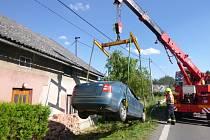V Novém Rokytníku u Trutnova vyjelo auto ze silnice a narazilo do domu.