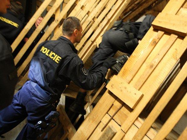 ŠTOLU IPOLYGON, obojí museli policisté absolvovat vabsolutní tmě. Teprve potom si mohli prostory prohlédnout za světla.