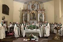 Během zasedání v Krkonoších sloužili biskupové mši v kostele sv. Petra ve Špindlerově Mlýně.