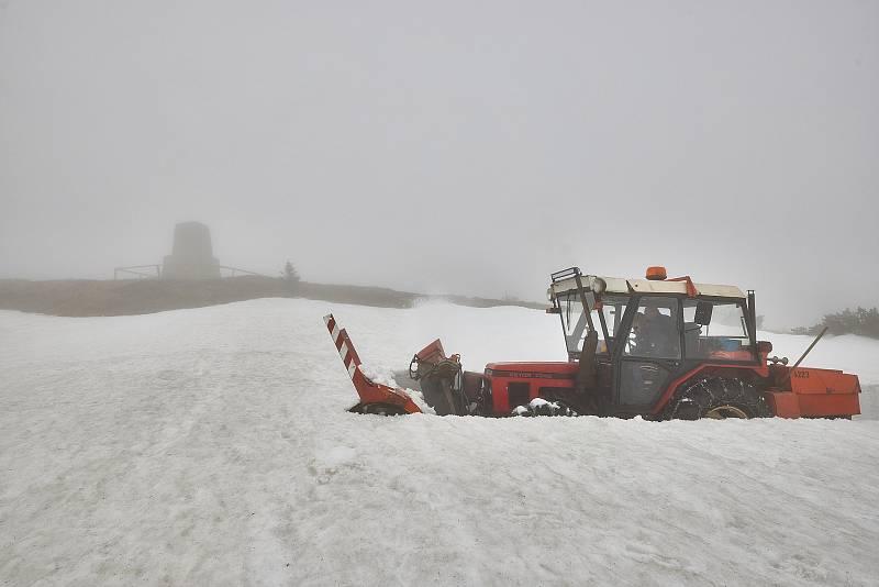 Frézování cesty k Labské boudě. Sněžná fréza měla pořádný kus práce u mohyly Hanče a Vrbaty.