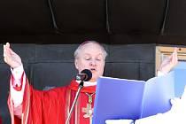 Biskup Jan Vokál, který vedl mši na Sněžce, vystudoval kybernetiku na ČVUT a dvacet let působil ve Vatikánu.