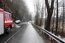 Řidičky se střetly auty, jedna z nich nezvládla smyk, druhá narazila do stromu