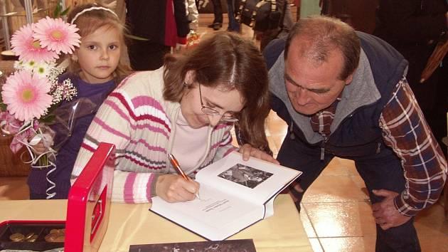 AUTORKA Hana Kábová podepsala svoji knihu i vnukovi historika J. V. Šimáka, Jiřímu.