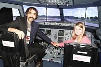 JEDNOU Z VÝHER ve finále soutěže Dětský čin roku byla i možnost vyzkoušet si letecký simulátor, čehož využila i Karolína Bazsóová s patronem její kategorie, Jakubem Kohákem.