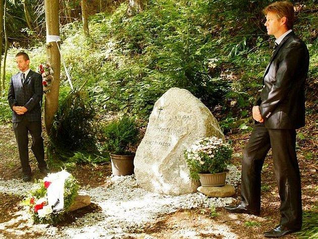 Pomník připomínající popravy desítek občanů německé národnosti v květnu a červnu 1945