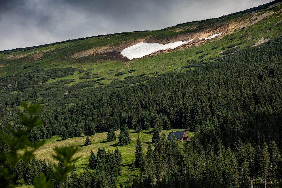 Letní dny na hřebenech Krkonoš a odtávající Mapa republiky - poslední místo, kde v Čechách najdete sníh.