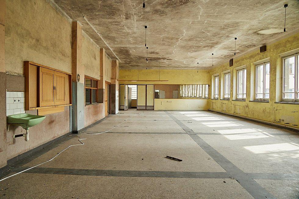 Poslední záběry z budovy bývalého Domova mladých horníků v Žacléři před tím, než byla zbourána.