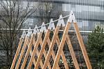 Lávky pro Krkonošský národní park, které zhotovili studenti architektury, jsou prozatím umístěny na nádvoří ČVUT. V horách budou instalovány na jaře, jakmile roztaje sníh.