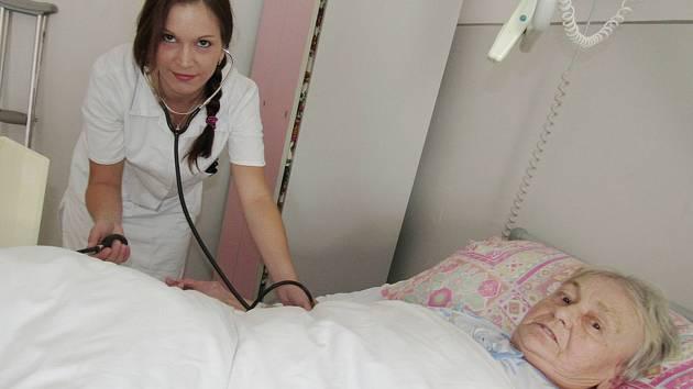 Špitály se snaží přilákat studenty zdravotnických škol vypsáním stipendijních programů. Pokud se nemocnici zaváží minimálně na tři roky, můžou získat jednorázově až 80 tisíc korun.