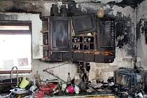 Zpustošený byt po požáru způsobeném zapomenutým jídlem na sporáku.