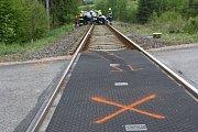 Tragická nehoda. Na železničním přejezdu v Bílé Třemešné rychlík smetl v pondělí přes osmou hodinou ráno osobní auto. Řidička zemřela.