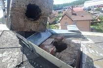 Silný vítr zlomil komín, vystoupali k němu hasiči.