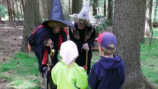 Děti se brodily pohádkovým lesem v Dolní Kalné