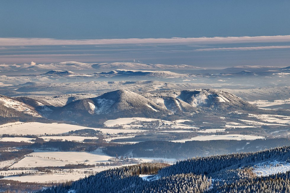 Trutnovský fotograf Miloš Šálek zachytil výhled z Malé Úpy na Vraní hory, za kterými se rýsuje Králický Sněžník.