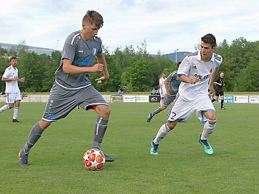 Mladíček Jan Blažej (u míče) sice v utkání s Jaroměří neskóroval. V tomto souboji si ale s Danielem Valáškem poradil (č. 2).
