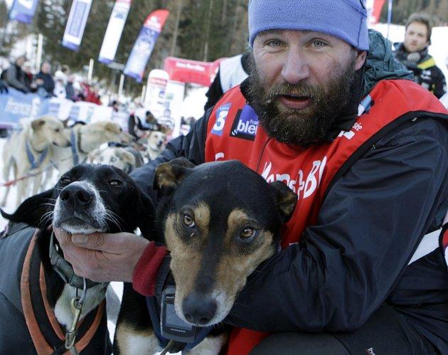 Bývalý elitní evropský musher Radek Havrda, který vyhrál třikrát špičkový závod psích spřežení La Grande Odyssée, se dnes věnuje geodézii a farmaření. Má osmnáct hektarů a devadesát ovcí.