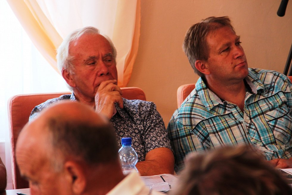 Pořadatelé festivalu Trutnoff Open Air vysvětlovali na veřejném zasedání zastupitelstva městyse Mladé Buky záměr uspořádat na místních loukách tzv. Zahradní slavnost.
