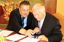 PENÍZE NA KRAKONOŠE neboli Rýbrcoula jsou výsledkem sponzorské smlouvy, kterou ve středu podepsal starosta Ivan Adamec a zakladatel Pekáren a cukráren Náchod Josef Franěk.
