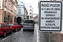 CEDULE v Bulharské ulici upozorňuje řidiče na chystané změny, ke kterým na Krakonošově náměstí dojde už od pondělí. Kolem radnice automobily z Bulharské už  jezdit nebudou. Řidiče čeká nutné odbočení vlevo ke knihovně.