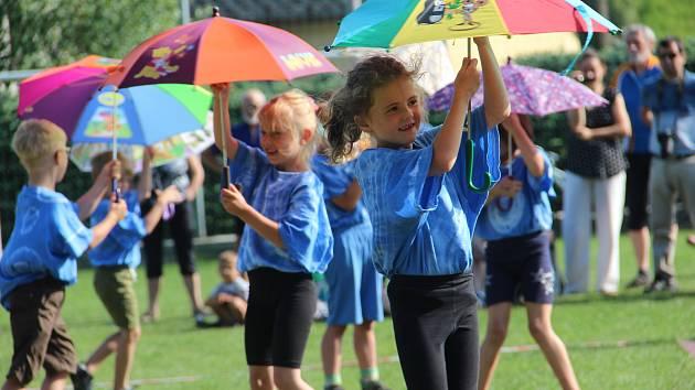 Vystoupení tří venkovských školek z Libňatova, Havlovic a Suchovršic ve čtvrtek odpoledne přilákalo do dvě stovky rodičů a diváků.