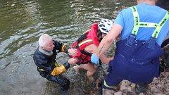 Dívka spadla na přehradě do vody a nemohla se dostat na břeh.