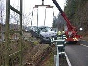 Auto sjelo ze silnice. Zpět mu pomohli hasiči.