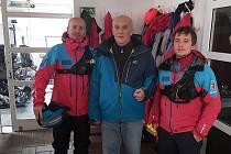 Příslušníci Horské služby z Pece pod Sněžkou na jaře zachránili život muži. On jim v pondělí přišel osobně poděkovat. Před Vánocemi jeho návštěva potěšila dvojnásob.