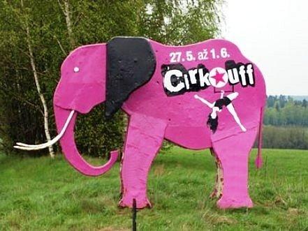 CIRK LA PUTYKA je největším letošním trhákem festivalu Cirk-Uff v Trutnově. Na ten již na trase před městem poutá opět slon.