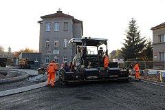 Oprava okružní křižovatky ve Dvoře Králové vrcholí.