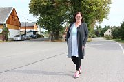 Ve Vítězné slavnostně zahájili stavbu chodníků, která protne dvě z nejvíce obydlené části obce. Ředitelka školy Marie Kropáčková si pochvaluje, že přes silnici, kudy děti chodí do školní jídelny, bude v budoucnu také nasvětlený přechod.