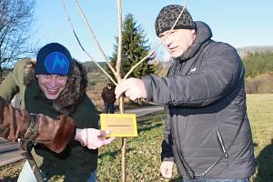 STROM RODINNÝ I FIREMNÍ. Rovněž rodina Hákových z Mladých Buků využila možnost pořídit si vlastní třešeň. Zakoupila si strom rodinný i firemní.