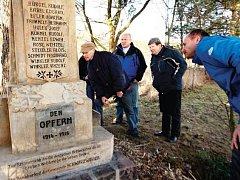 PŘI CESTĚ PO ČERNÉ VODĚ lze minout několik drobných památek, jednou z nich je i pomník obětem I. světové války.