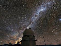 NA SNÍMKU je v popředí kopule Dánského 1,54 m dalekohledu a vlevo, téměř na obzoru, pak následují kopule dalekohledu NTT a 3,6 m dalekohledu se spektrografem HARPS. Další informace najdete na stránkách autora www.bardon.cz