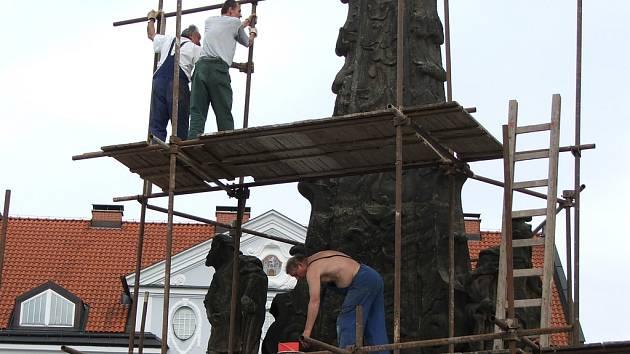 Stavba lešení u Mariánského sloupu ve Dvoře Králové