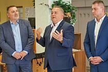Trutnovský starosta Ivan Adamec (uprostřed).