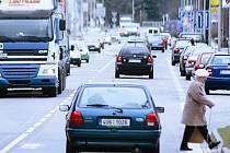 POLSKÁ ULICE patří mezi rušné části Trutnova s vysokým počtem projíždějících  aut.