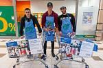 Dvě tuny potravinového a drogistického zboží nakoupili obyvatelé Trutnova ve třech prodejnách při sobotní Národní potravinové sbírce. Loni vybrali 1,2 tuny.