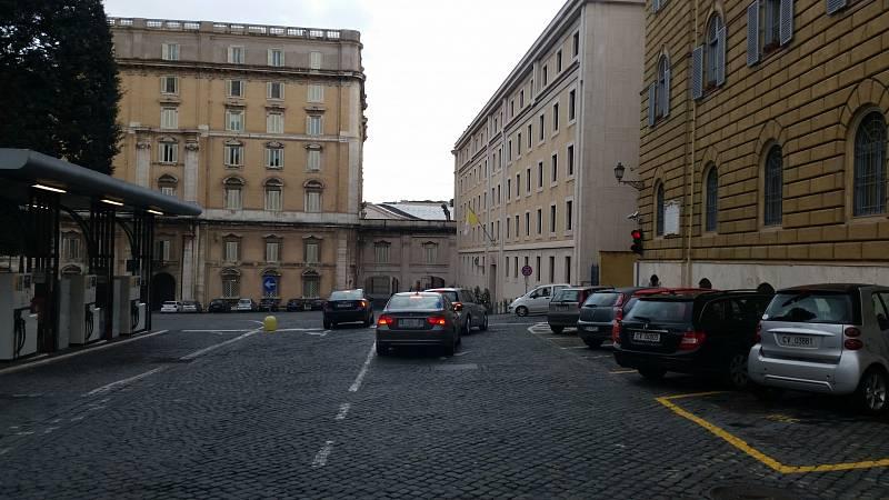 Papežův dům (s vlajkou), který se nachází rovněž v nepřístupné části Vatikánu.
