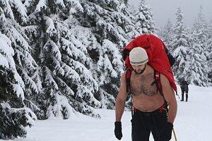 Někteří protagonisté Sněžka Sherpa Cupu vystoupali na nejvyšší českou horu s třicetikilovou zátěží oblečení jen do půli těla.