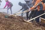 Pětistovka dětí se zapojila do projektu Správy KRNAP Probuďme horské louky.