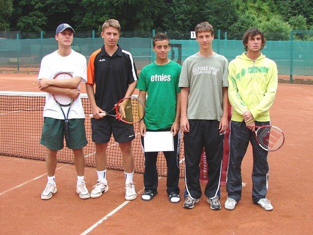 Úspěšní tenisté z Východočeského přeboru (zleva) Zděněk Štěrba, Ondřej Peca, Jakub Lustyk, Petr Vaníček a Adam Novák.