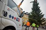 Instalování vánočního stromu na Krakonošově náměstí v Trutnově.