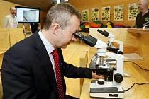 KRKONOŠSKÉ CENTRUM environmentálního vzdělávání ve Vrchlabí ministra Richarda Brabce zaujalo.