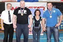 Zleva: Libor Hurdálek (Prezident České asociace silového trojboje a člen domácího oddílu), Petr Petráš (1055 kg), paní Svobodová (manželka Petrova kouče) a Daniel Dvořák (1000 kg).